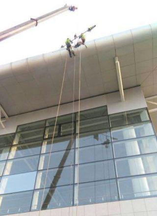 石家庄机场完成2号航站楼幕墙顶棚清洗工程