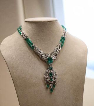 这串祖母绿宝石的项链,源石采自哥伦比亚,纯度极高。经过Garrard的精细打磨,使其成为美轮美奂的艺术精品,如果同时戴上的配套的祖母绿手链和耳坠,一定会让你或你的爱人成为最受瞩目的焦点。
