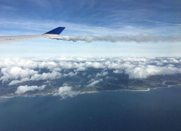 美联航客机引擎冒烟巨响紧急降落 未致人员伤亡