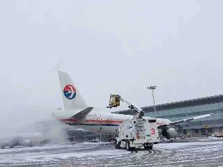 东航西北运控积极应对2016年首场降雪
