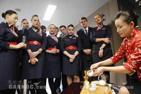 东航客舱服务变迁:第一代空姐自带扫把抹布