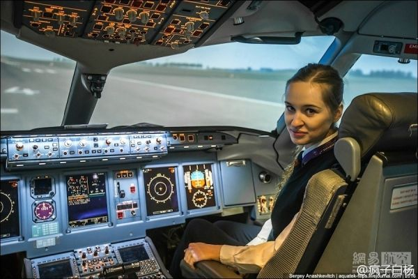 去年才毕业,23岁美女成俄航最年轻女飞