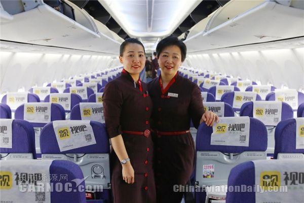 上航客舱部乘务长陈明旗和女儿张嘉璐。