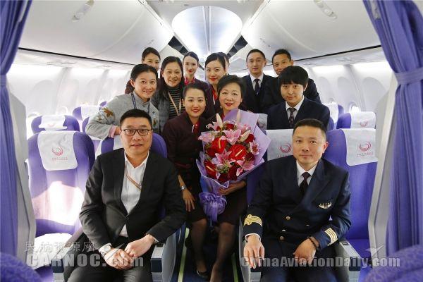 上航客舱部乘务长陈明旗最后一飞。图为机组合影。