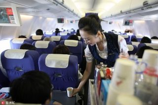 Liu Miaomiao serves drinks onboard the plane bound for Beijing, on Nov 28, 2016. [Photo/IC]