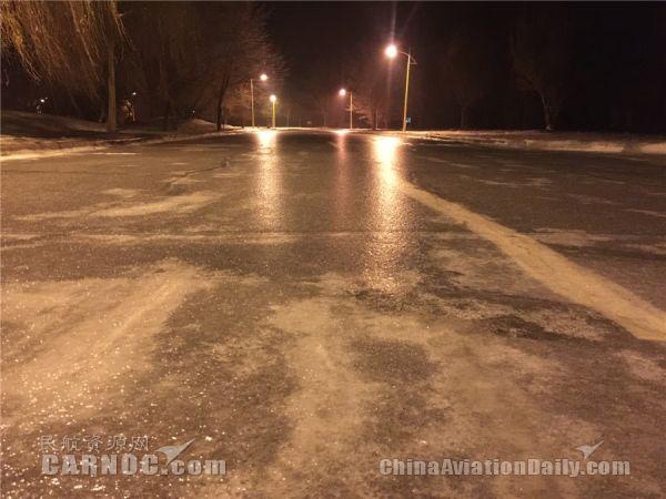 """克拉玛依机场遇冻雨一夜变""""溜冰场"""""""