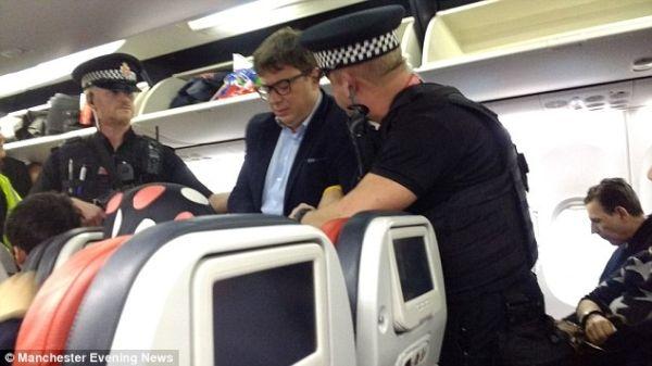 醉酒乘客拳打空姐 被热心乘客撂倒断了一条腿