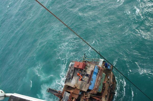 抽沙船海上突遭大风浪 直升机成功施救被困船员