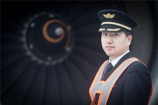 航班副驾驶在雪中检查发动机 (摄影:陈松)