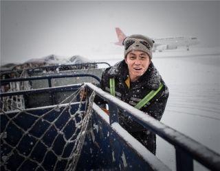 大雪中,一名搬运工头带 (摄影:陈松)