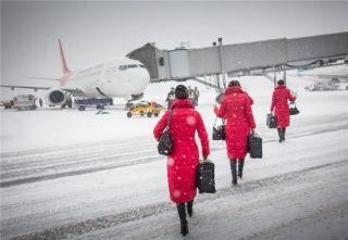 乘务组即将登机,红色制服在大雪天里分外醒目 (摄影:陈松)