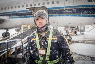 货物监装员在雪中对货物实施监控 (摄影:陈松)