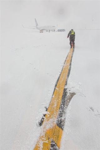 飞机滑行必要的滑行线,一名机务正在清理 (摄影:陈松)