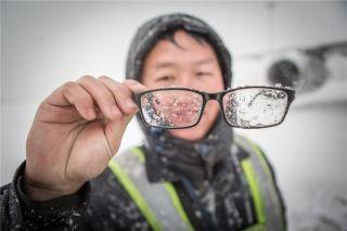 机务的眼镜上结满了冰粒 (摄影:陈松)