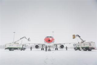 两台除雪车为航班除冰雪,提升了放行速度 (摄影:陈松)