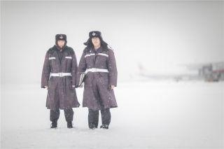 机场护卫队员在雪中保卫航空器的安全 (摄影:陈松)