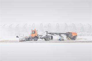 一辆除雪车在机坪除雪作业 (摄影:陈松)