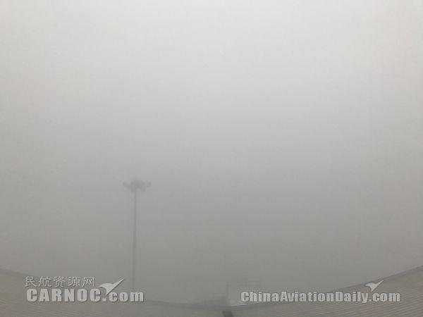 乌鲁木齐机场大雾又任性了 致近6000人滞留