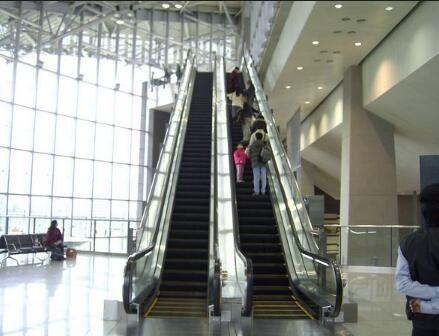 马来西亚一机场发生电扶梯故障