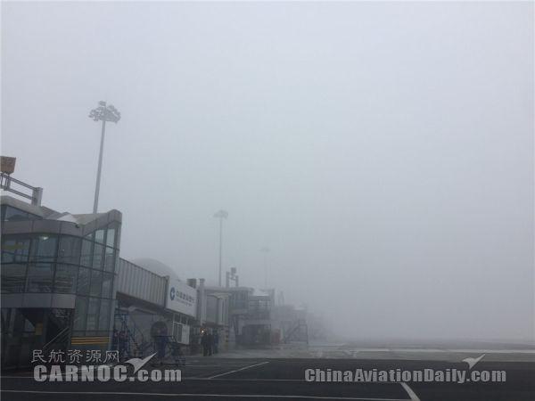 12月15日11点10分左右,乌鲁木齐机场突起大雾,能见度不足200米。