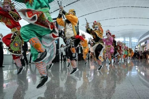 中国最man舞蹈跳进潮汕机场 场面太震撼了…