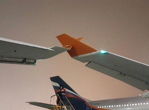 莫斯科机场内两客机发生擦碰 机翼受损图片
