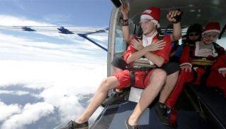"""澳大利亚155名""""圣诞老人""""跳伞 破吉尼斯纪录"""