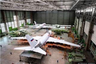 沃罗涅日飞行制造厂组装车间,两架伊尔-96客机已经完成尾翼国旗喷绘,即将出厂。图片来自:gelio.livejournal.com