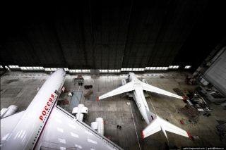 伊尔-96客机旁边的小个头应该是安-148客机了。图片来自:gelio.livejournal.com