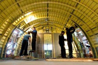 工人们在客舱内部安装施工。图片来自:gelio.livejournal.com