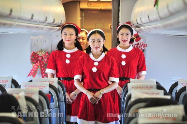 空乘化身圣诞姑娘 旅客获赠云南少数民族玩偶