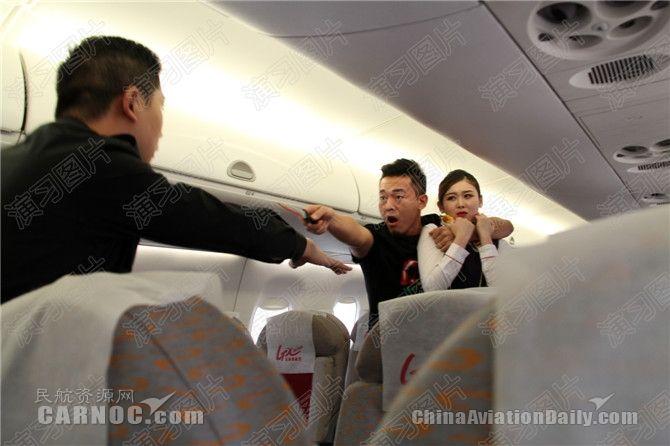 """""""歹徒""""欲炸毁飞机?看安全员如何将其制服"""