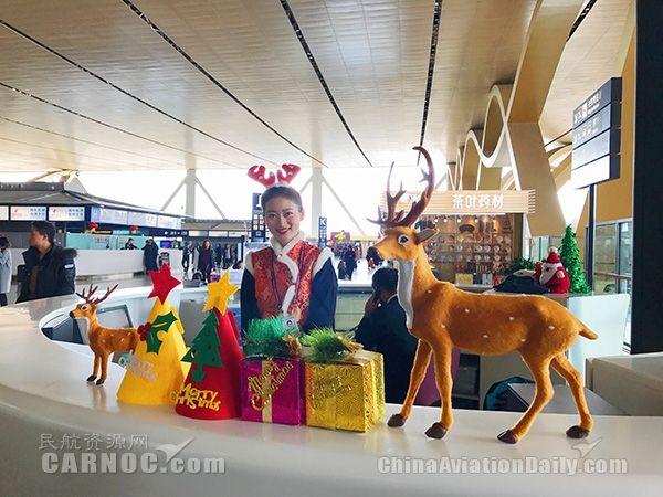 """长水机场""""圣诞老人""""送祝福 精美礼物表心意"""