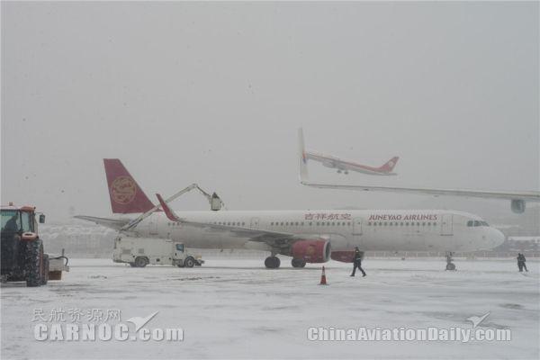 大连迎大面积降雪 机场全力除雪保航班起降