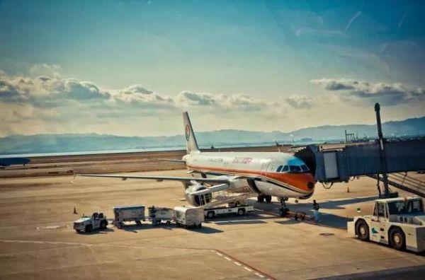 大阪湾东南部的泉州近海离岸5千米的人工岛上,是世界上首座海上机场!