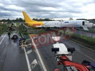 8月5日,匈牙利ASL航空一架波音737-400货机(航班号QY7332)在意大利米兰Bergamo—OrioalSerio机场着陆时冲出跑道,机身滑至跑道旁公路护栏后才停止。目前尚无人员伤亡报告。从现场拍摄的图片中可以看出,飞机机身基本上已经压在公路上,机头部位压在公路护栏上,公路上还有车辆在行驶。一只轮胎从机身上脱离。有应急滑梯展开。