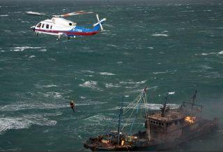 惊险!渔船起火 双机编队风浪中救出10人