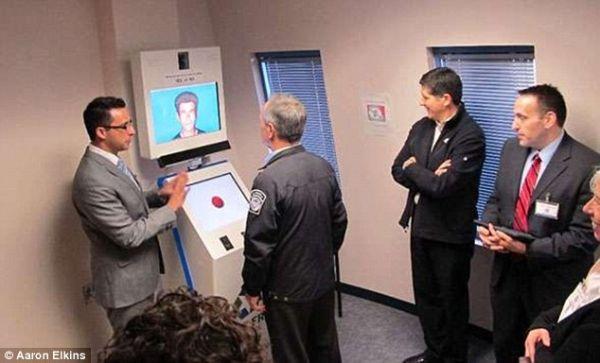 安检引入测谎机器人 恐怖分子:好怕怕!
