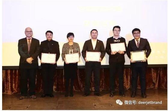 国贸会展公司总经理,北京商务航空协会常务理事孙国伟先生为年度最佳商务航空运营商金鹿公务及入围公司颁奖。