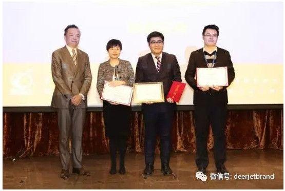 湾流宇航销售副总裁蔡海文先生为年度最佳公务机管理公司金鹿公务颁奖。