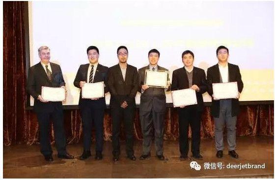 绝对传媒董事长,北京商务航空协会常务理事为年度最佳维修机构海航湾流(北京)技术服务有限公司及入围企业颁奖。
