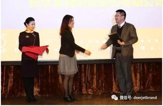 四川纵横航空副总裁徐敏女士为年度最佳融资机构民生金融租赁股份有限公司颁奖