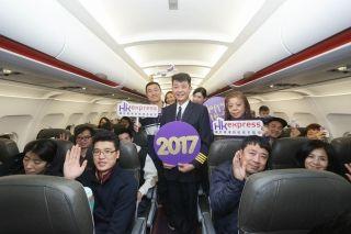 香港快运航空与旅客欢度跨年夜共迎2017年