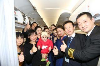 最美跨年航班 机组乘客共同为患病儿童捐款