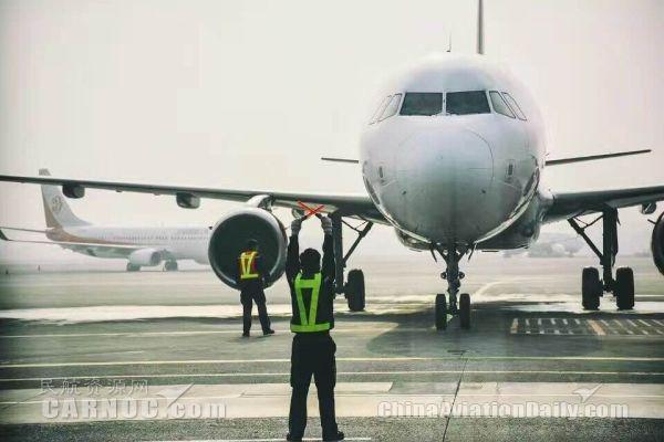 """雾霾来袭,""""霾""""不住机场人的迎难而上"""
