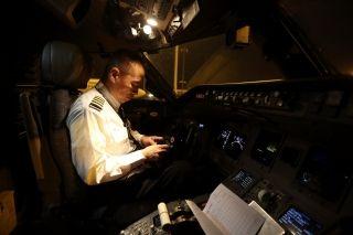 7:00,他进入座舱,仔细检查各种仪表盘。7:40,一切就绪,开始执飞重庆到海口之间的飞行任务。