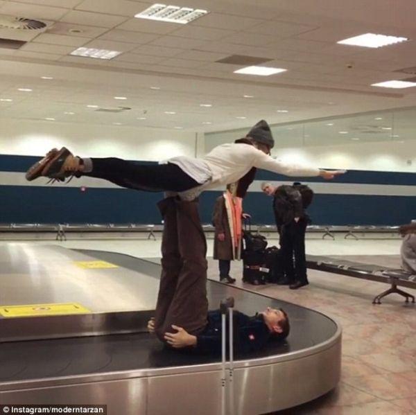 视频:就是这么high! 2男1女行李转盘上玩杂技