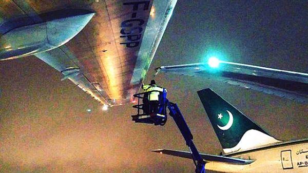 巴航客机拖行时机翼与其他客机发生擦碰