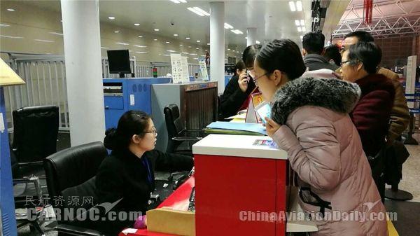 旅客在咨询工作人员航班/石家庄机场供图