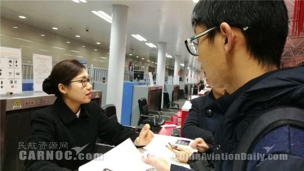 旅客在咨询工作人员航班情况/石家庄机场供图